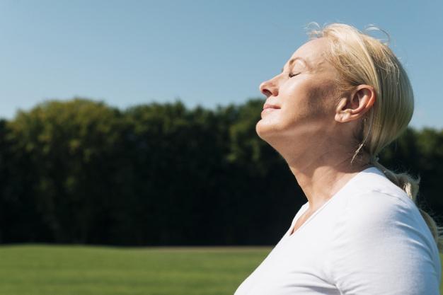 kvinde der dyrker mindfulness