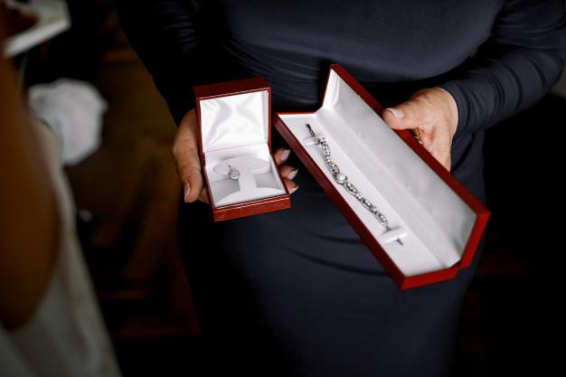 Sådan giver du smykker som gave